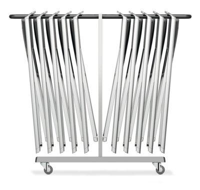 De Riva klapstoel kan ruimtebesparend opgehangen worden aan een transportwagen