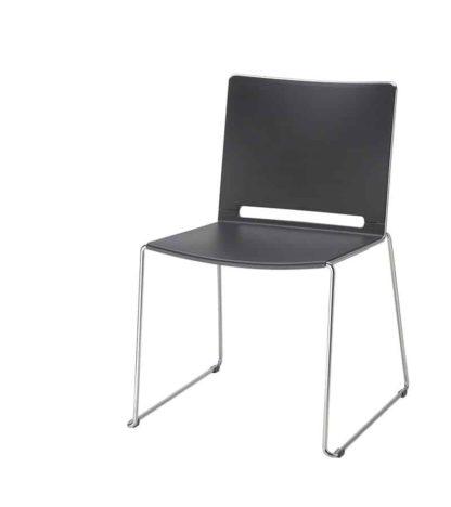 zwarte kunststof stoel
