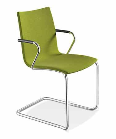 De zitschaal van het sledemodel is leverbaar met een beuken of een CPL schaal. Het zitvlak van de Casala Onyx kan desgewenst van (gedeeltelijke) oplegstoffering/bekleding worden voorzien. Met of zonder armleggers