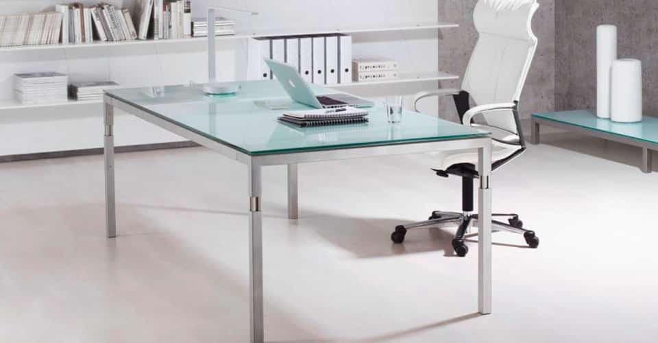 bureau met glazen blad