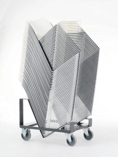 Howe 40/4 stoelen gestapeld op een trolley